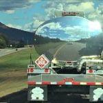 Zrcalna slika se ujema s cesto, ki ji sledi vozilo.