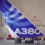 Delavci stojijo pred repom Airbusa A380