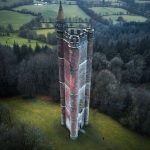 Stolp kralja Alfreda v Veliki Britaniji in moški, ki stoji v bližini